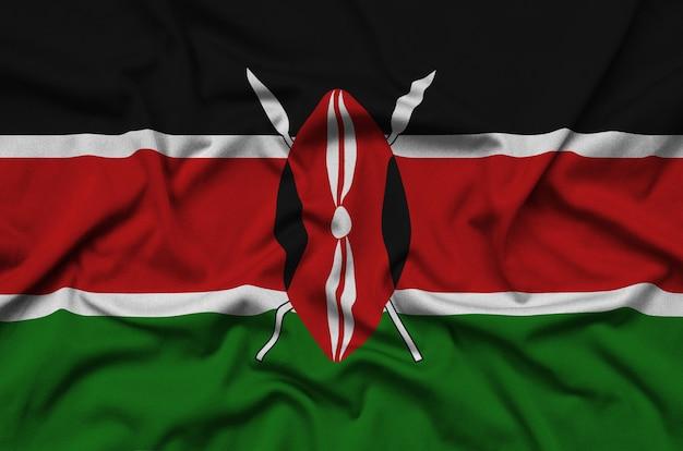 La bandera de kenia está representada en una tela de tela deportiva con muchos pliegues.