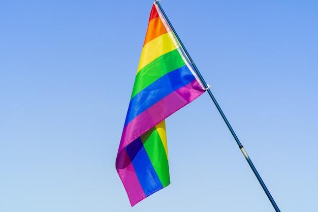 Bandera lgbt ondeando en el cielo en asta de bandera