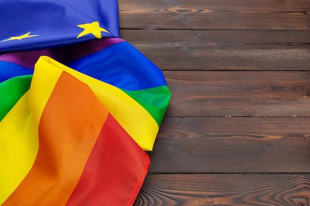 Bandera lgbt y ue juntas sobre fondo de madera