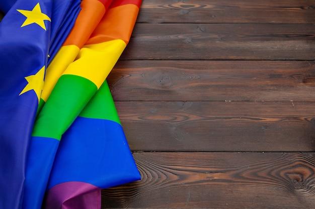 Bandera lgbt y ue juntas en tablones de madera