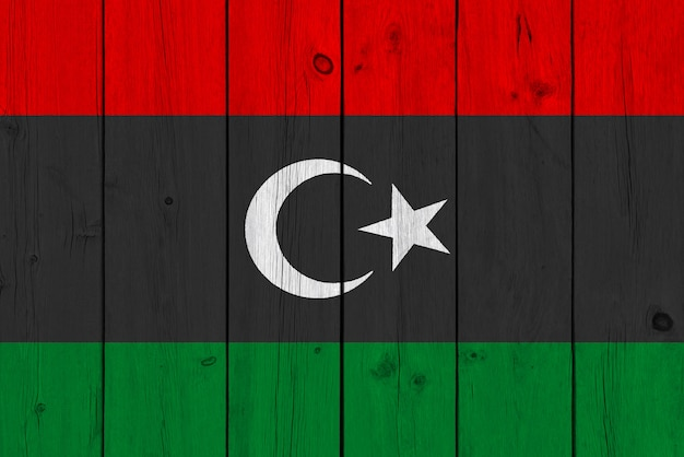 Bandera de libia pintada sobre tabla de madera vieja