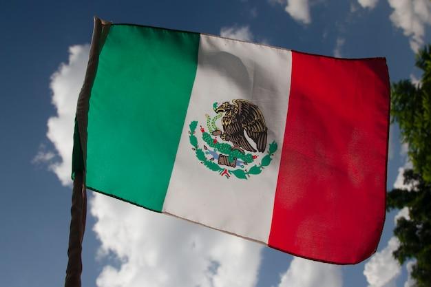 Bandera mexicana ondeando en un asta de bandera en una casa mexicana concepto del día de la independencia de méxico