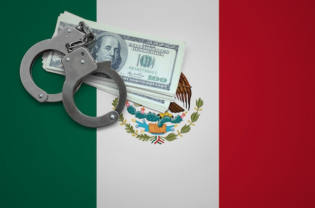 Bandera de méxico con esposas y un fajo de dólares. el concepto de violar la ley y los delitos de ladrones