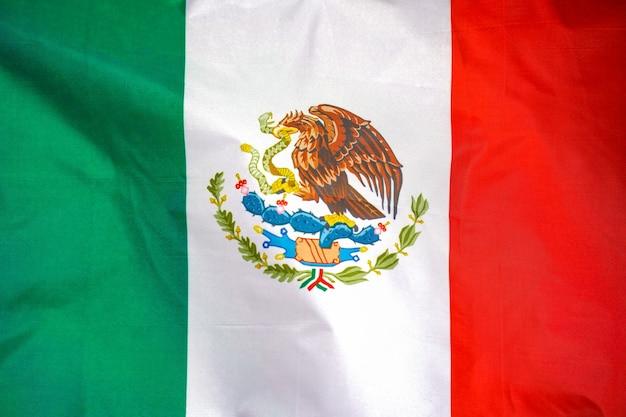 La bandera de méxico está representada en una tela deportiva con muchos pliegues.