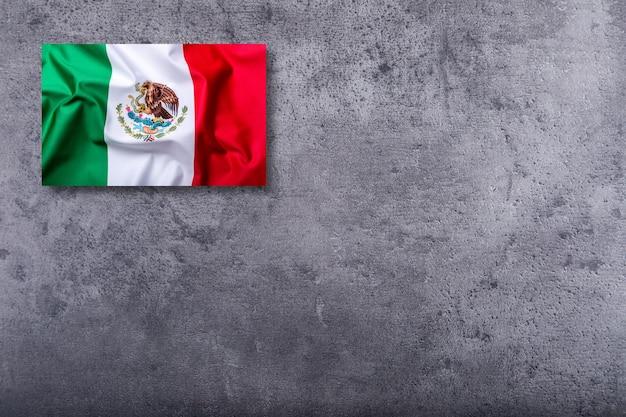 Bandera de méxico sobre fondo de hormigón.