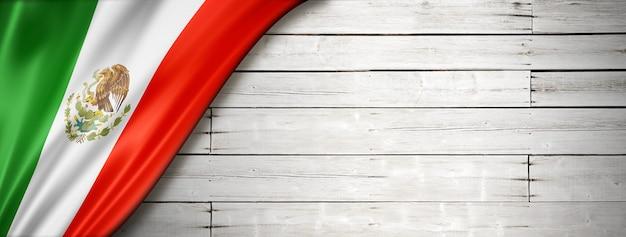 Bandera de méxico en la vieja pared blanca. banner panorámico horizontal.