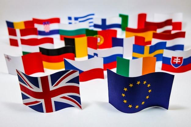 Bandera multicolor de la unión europea con fondo blanco para la salida británica (brexit).
