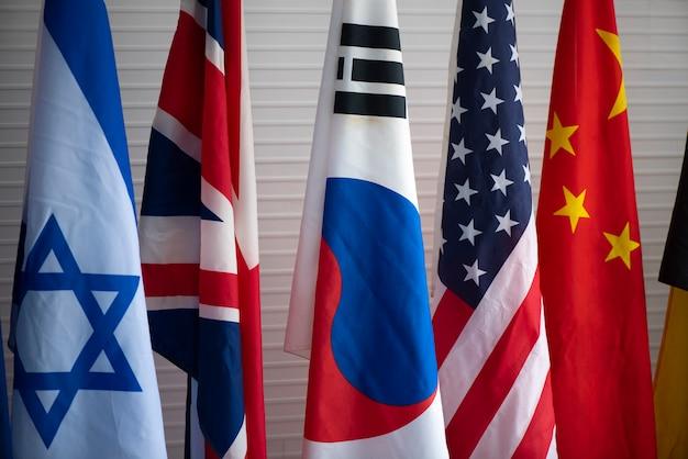 La bandera multinacional en la conferencia de cooperación internacional.