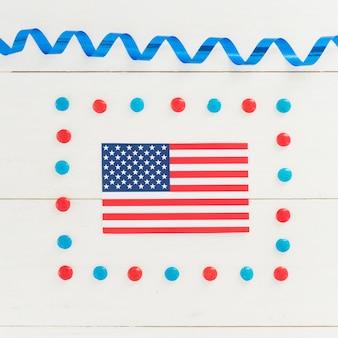 Bandera nacional de américa en decoración navideña.