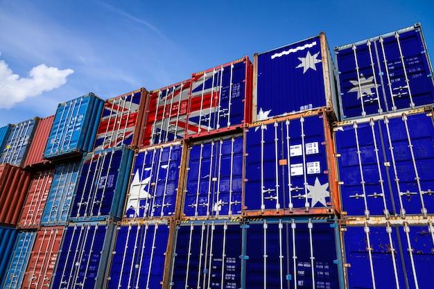 La bandera nacional de australia en una gran cantidad de contenedores de metal para almacenar mercancías apiladas en filas