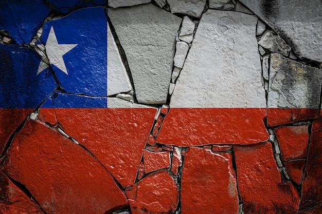 La bandera nacional de chile en un antiguo muro de piedra