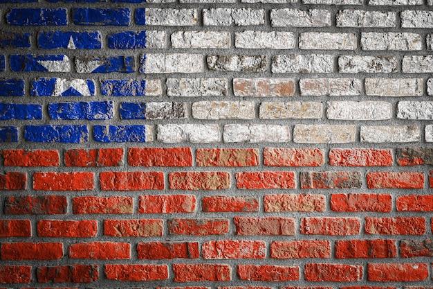 La bandera nacional de chile en una vieja pared de ladrillos