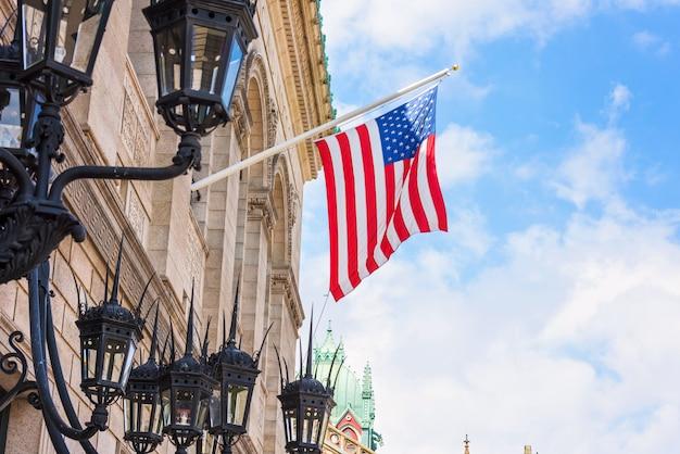 Bandera nacional en el edificio de la biblioteca pública de la ciudad de boston