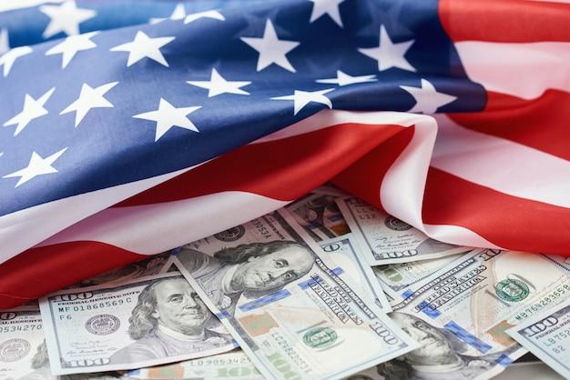 Bandera nacional de estados unidos y los billetes de un dólar. concepto de negocios y finanzas