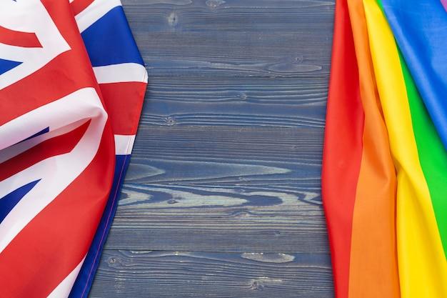 La bandera nacional de gran bretaña y la bandera gay. fondo
