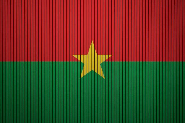 Bandera nacional pintada de burkina faso en un muro de hormigón