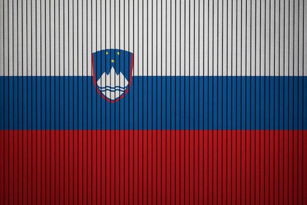 Bandera nacional pintada de eslovenia en un muro de hormigón