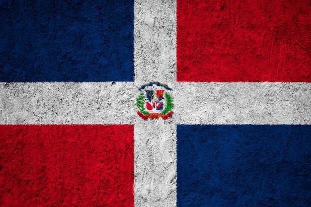 Bandera nacional pintada de república dominicana en un muro de hormigón
