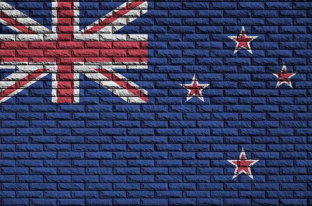 La bandera de nueva zelanda está pintada en una vieja pared de ladrillos