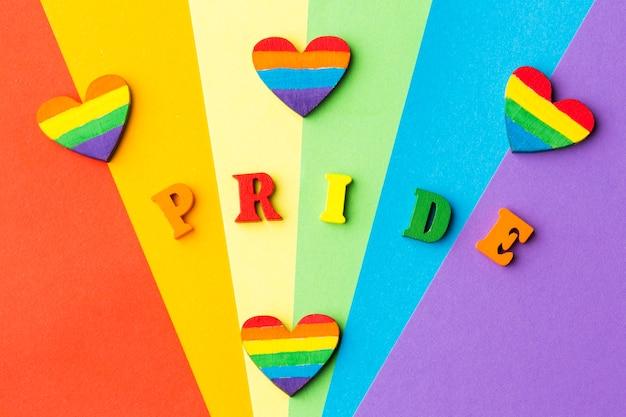 Bandera del orgullo del arco iris con corazones