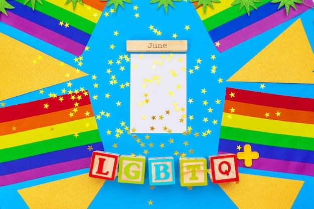 Bandera del orgullo gay en mesa de madera