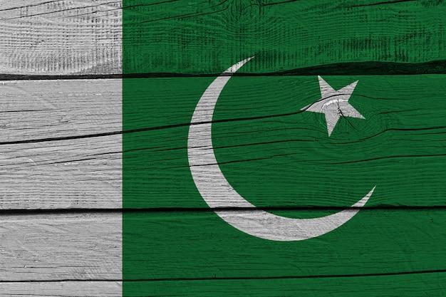 Bandera de pakistán pintada en tablón de madera antiguo