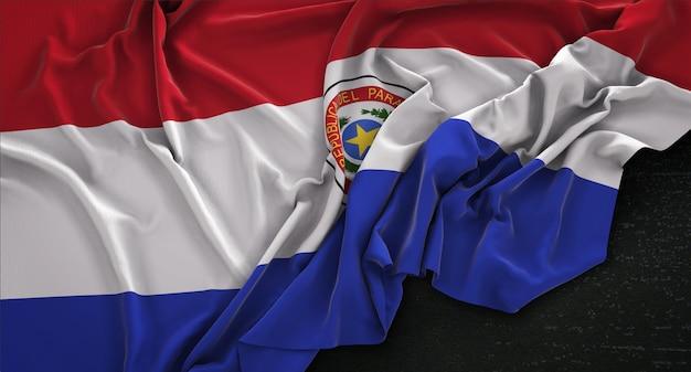 Bandera de paraguay arrugado sobre fondo oscuro 3d render