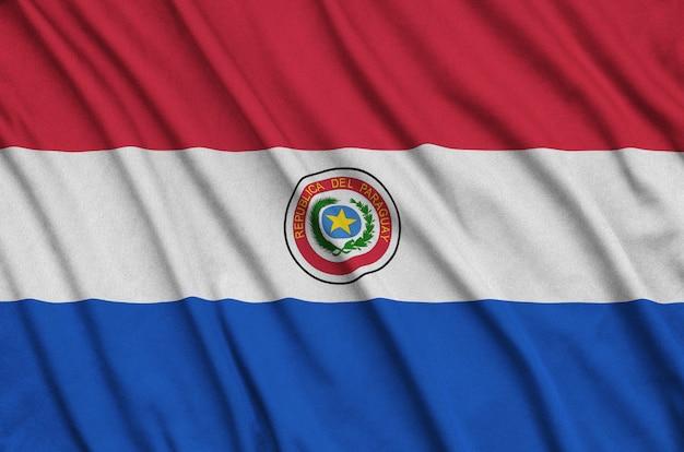 La bandera de paraguay está representada en una tela de tela deportiva con muchos pliegues.