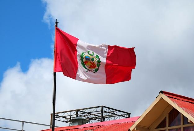 Bandera de perú ondeando en el cielo