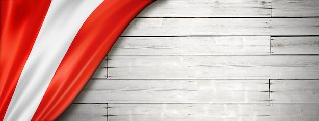 Bandera de perú en la vieja pared blanca.
