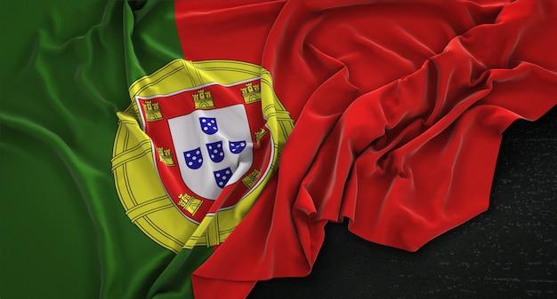 Bandera de portugal arrugado sobre fondo oscuro 3d render