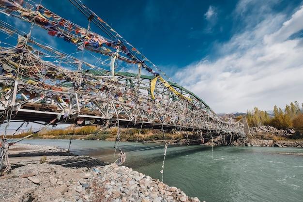 Bandera en el puente en leh ladakh, india