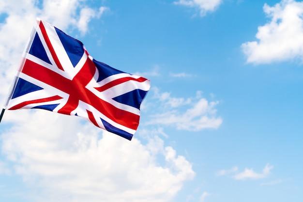 Bandera del reino unido ondeando en el viento en el cielo azul