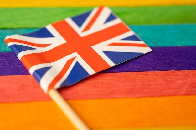 Bandera del reino unido en el símbolo de fondo del arco iris del movimiento social del mes del orgullo gay lgbt la bandera del arco iris es un símbolo de lesbianas, gays, bisexuales, transgénero, derechos humanos, tolerancia y paz.