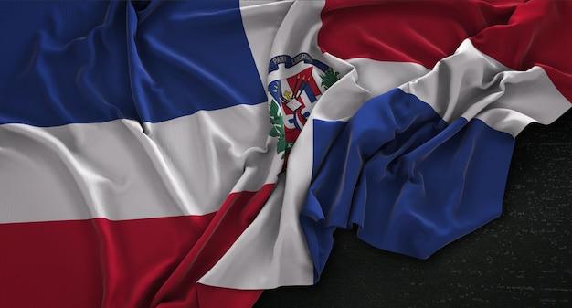 Bandera de la república dominicana arrugado sobre fondo oscuro 3d render