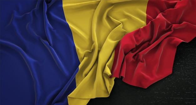 Bandera de rumania arrugado sobre fondo oscuro 3d render