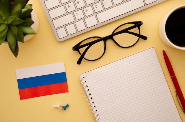 Bandera rusa y objetos de estudio
