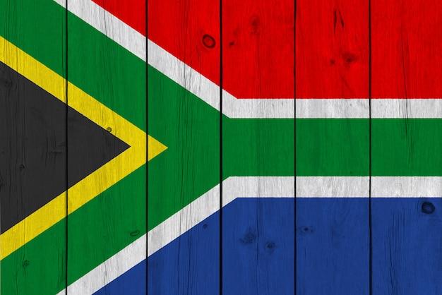 Bandera de sudáfrica pintada en tablón de madera antiguo
