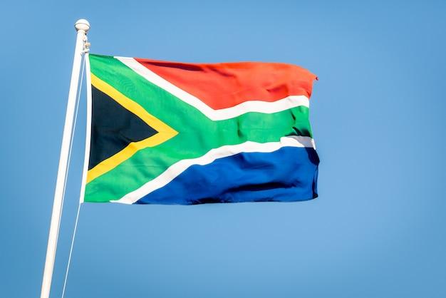 Bandera sudafricana en un cielo azul