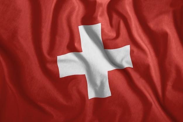 La bandera suiza ondea en el viento