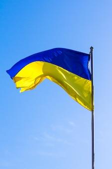 Bandera ucraniana corriendo en el viento