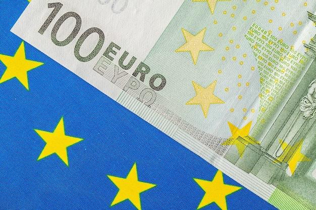 Bandera de la ue y muchos billetes en euros