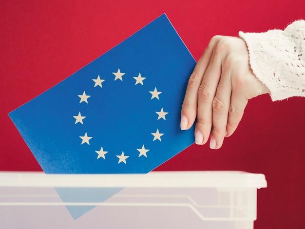 Bandera de la unión europea colocada en una caja