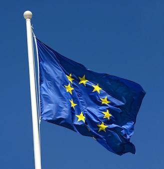 Bandera de la unión europea ondeando en el viento