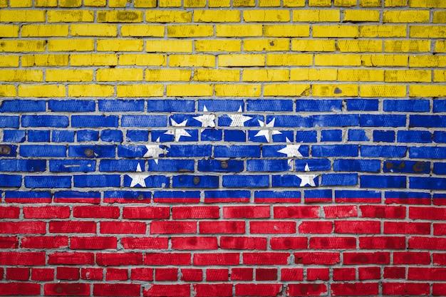 Bandera de venezuela en una pared de ladrillos