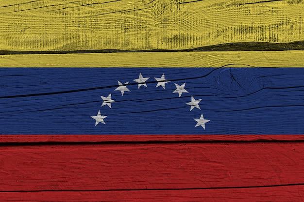 Bandera de venezuela pintada sobre tablón de madera vieja
