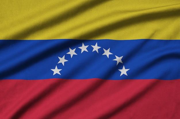 La bandera de venezuela está representada en una tela de tela deportiva con muchos pliegues.