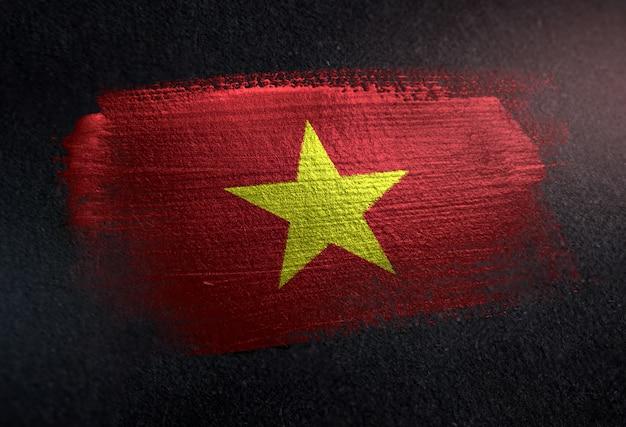 Bandera de vietnam hecha de pintura de pincel metálico en la pared oscura de grunge