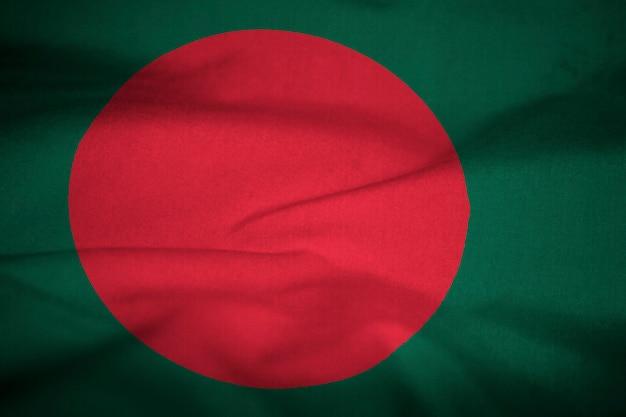 Bandera con volantes de bangladesh soplando en el viento