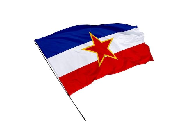Bandera de yugoslavia sobre un fondo blanco.